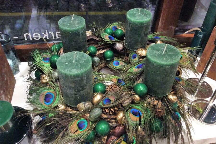 Adventkränze mit langem Leben & dekorative Zweige.